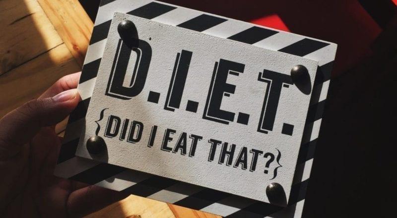 Un cartello tenuto da qualcuno che conosce l'importanza delle esigenze alimentari.