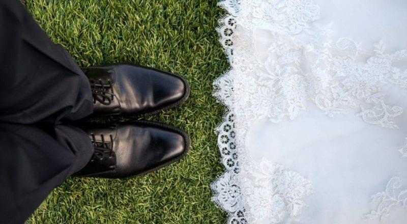 coppia di sposi in piedi sull'erba