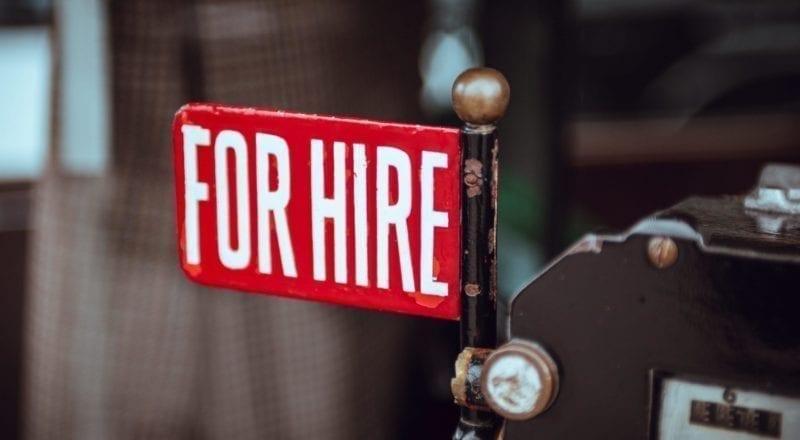 """Un cartello con scritto """"Ricerca personale"""" è un modo per assumere staff per un evento"""